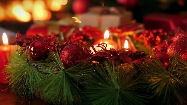 Nagranie 4k dolly z pięknym wieńcem adwentowym z palącymi się świecami w wigilię bożego narodzenia. idealne tło lub tło na boże narodzenie lub nowy rok