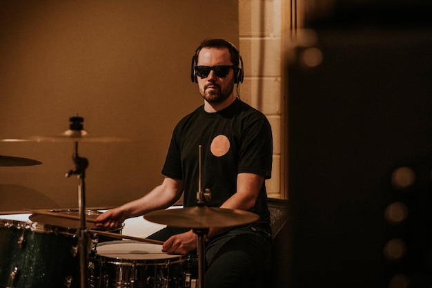 Nagranie perkusisty, sesja w studiu muzycznym zdjęcie hd