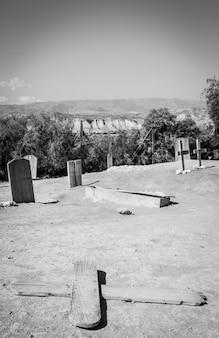 Nagrobek wykonany z drewna na tym starym opuszczonym cmentarzu