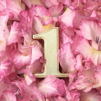 Nagroda lidera pierwsze miejsce za osiągnięcia i sukces. złota cyfra numer jeden w różowych płatkach.