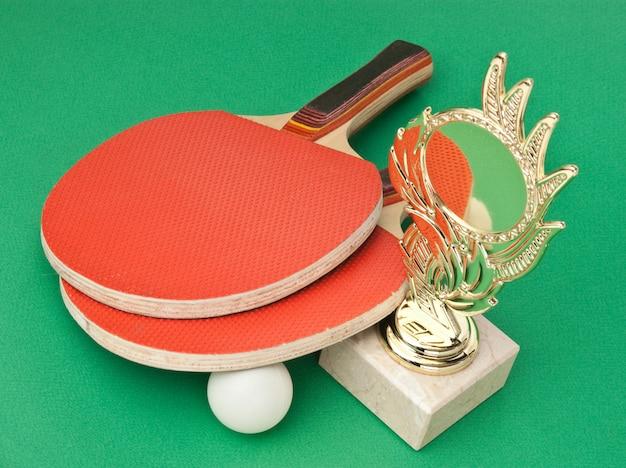 Nagrody sportowe i rakiety tenisowe na zielonym stole