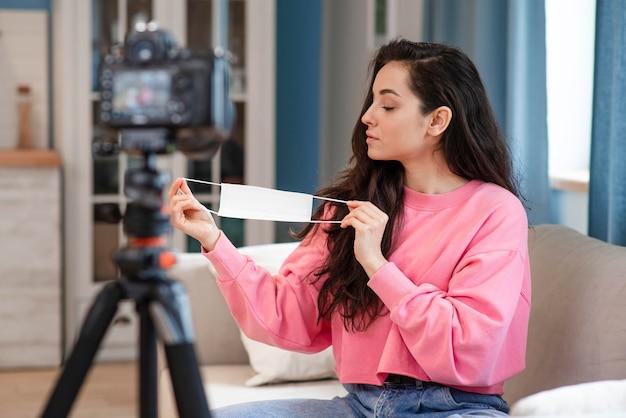 Nagrywanie blogera z maską chirurgiczną w domu