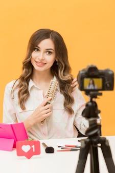 Nagrywanie pięknej kobiety na osobistym blogu