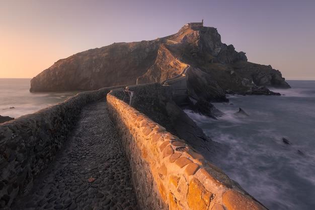 Najbardziej znane miejsce na wybrzeżu basków, gaztelugatxe w bizkaia, kraj basków.