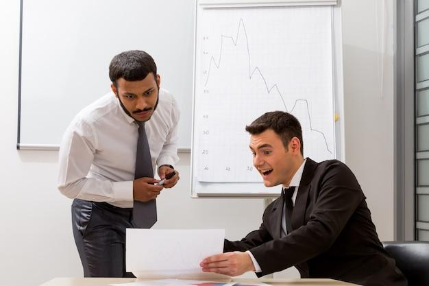 Najlepsi menedżerowie przygotowują się do uruchomienia nowego projektu młodzi odnoszący sukcesy faceci
