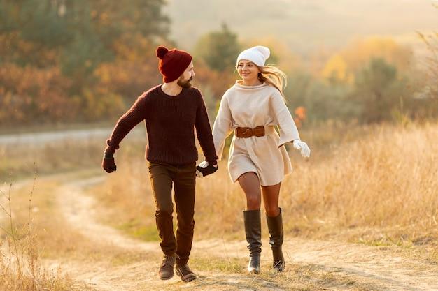 Najlepsi przyjaciele biegają razem trzymając się za ręce