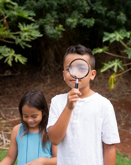 Najlepsi przyjaciele biorący udział w poszukiwaniu skarbów na świeżym powietrzu