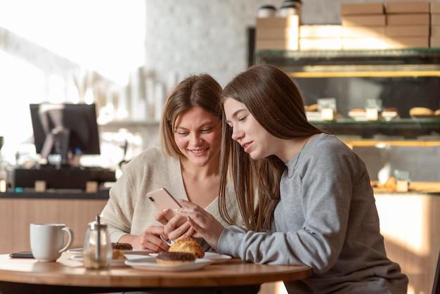 Najlepsi przyjaciele cieszą się pysznym posiłkiem w pubie