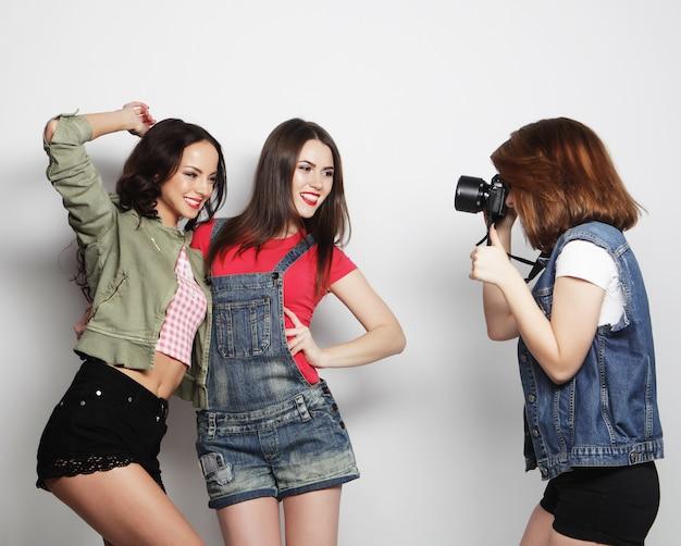 Najlepsi przyjaciele cieszący się chwilą z aparatem