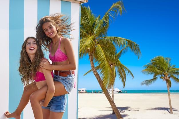 Najlepsi przyjaciele dziewczyny piggyback w lato plaży