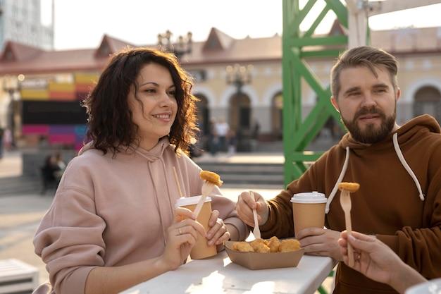 Najlepsi przyjaciele jedzą uliczne jedzenie na świeżym powietrzu?