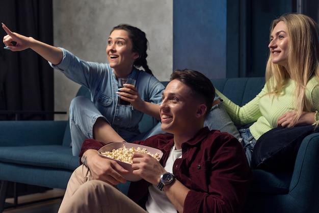 Najlepsi przyjaciele oglądają razem netflixa w salonie