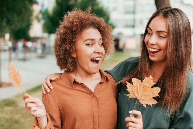 Najlepsi przyjaciele patrzą na siebie jesienią