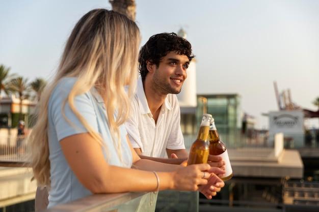 Najlepsi przyjaciele piją razem drinka na świeżym powietrzu
