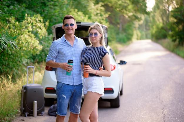 Najlepsi przyjaciele podróżują razem i się bawią. letnia przygoda.