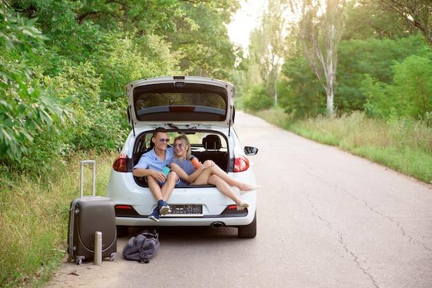 Najlepsi przyjaciele podróżują razem i żartują