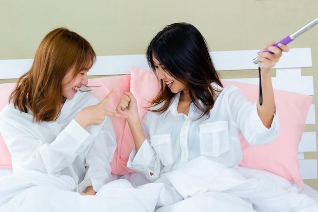 Najlepsi przyjaciele radośni z selfie na łóżku