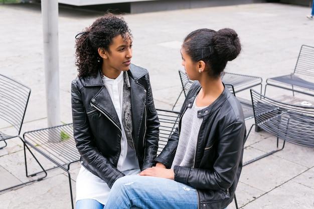 Najlepsi przyjaciele rozmawiają i bawią się w parku