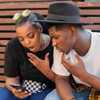 Najlepsi przyjaciele są w szoku po tym, jak patrzą na telefon