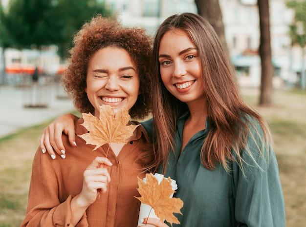 Najlepsi przyjaciele spędzają razem czas na świeżym powietrzu jesienią