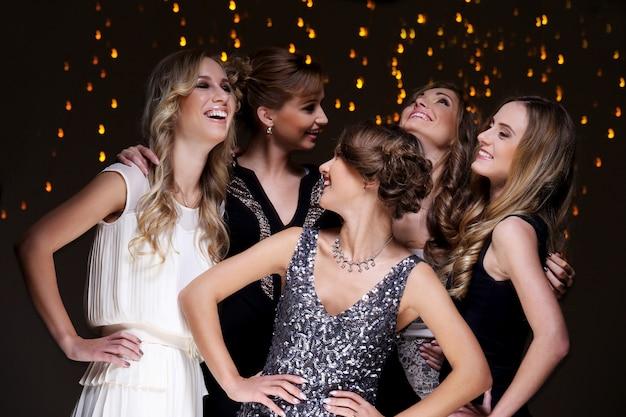 Najlepsi przyjaciele świętują przyjęcie noworoczne