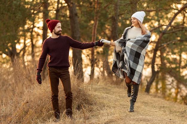 Najlepsi przyjaciele, trzymając się za ręce w lesie