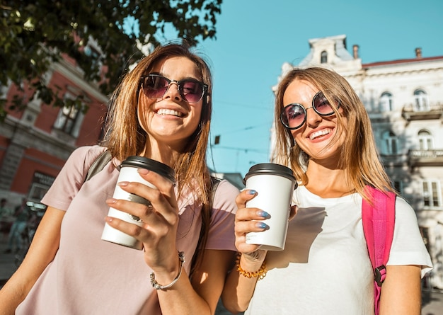 Najlepsi przyjaciele z filiżankami kawy