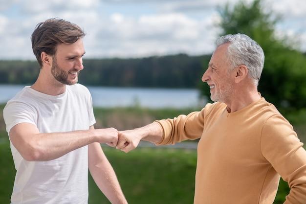 Najlepsi przyjaciele. zdjęcie przedstawiające tatę i syna wyglądających na szczęśliwych
