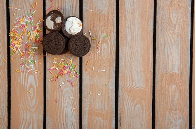 Najlepsze czekoladowe ciasteczka i kolorowe posypki rozrzucone