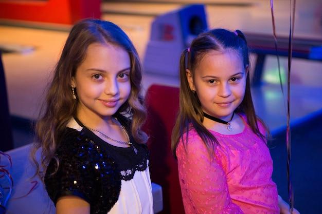Najlepsze przyjaciółki dziewczyn świętują urodziny w kręgielni pomysły jak świętować urodziny dla nastolatków