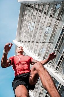 Najlepszy biegacz. niski kąt wprawnego biegacza biorącego udział w zawodach