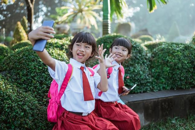 Najlepszy przyjaciel indonezyjskiego ucznia szkoły podstawowej robi selfie