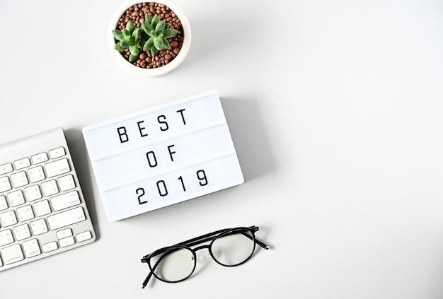 Najlepszy tekst 2019 na skład lightbox na białym stole