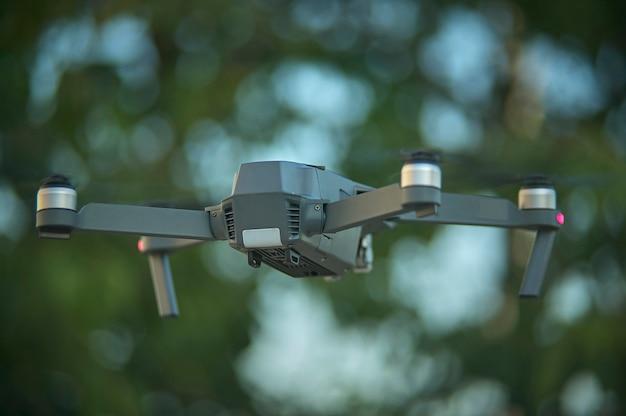 Najnowsza generacja drona wznowiła lot w powietrzu ze śmigłami na maksimum. strzelanie z przodu z doskonałą jakością detali tego obiektu czystej technologii.