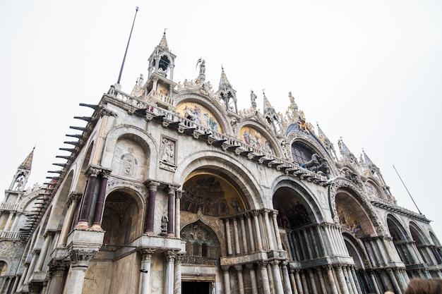 Najpiękniejszy plac świata piazza san marco. obraz niesamowitego historycznego placu san marco w kamiennym mieście laguny wenecji we włoszech