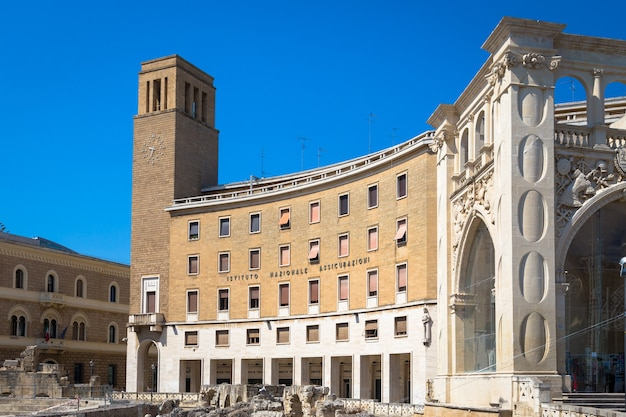 Najważniejszy plac w lecce, piazza sant'oronzo, odwiedzany przez turystów w słoneczny dzień sierpnia 2017 r.