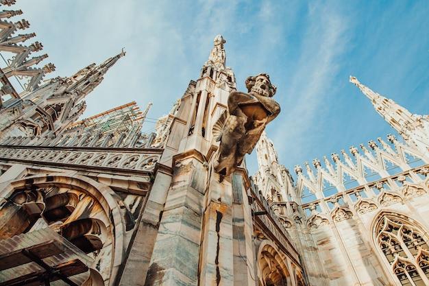 Największa atrakcja turystyczna na piazza w mediolanie lombardia włochy szeroki kąt widzenia starej gotyckiej architektury i sztuki
