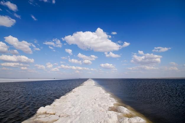 Największe złoże soliszlak solny jest myty przez słone jezioro, w którym można umieścić tekst