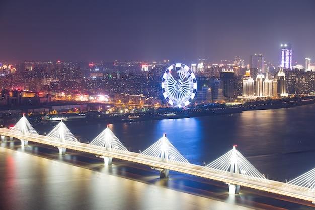 Największy w azji rzekami w szanghaju w nocy wyróżnia się spiralny most