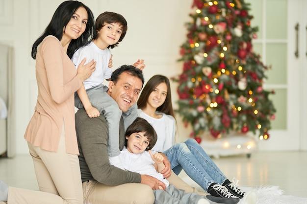 Najwspanialszy portret skarbów latynoskich dzieci rodzinnych uśmiechających się do kamery podczas pozowania ze swoimi