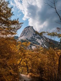 Najwyższa góra w seulu. jesień widok z markotnym niebem