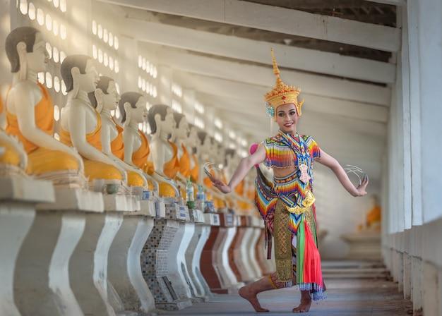 Nakhon si thammarat, tajlandia-17 sierpnia 2018: the nora to tradycyjny taniec południowego nakhon si thammarat tajlandii