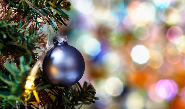 Nakładające się okręgi i kształty z kolorową piłką na drzewie