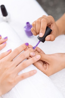 Nakładanie lakieru do paznokci