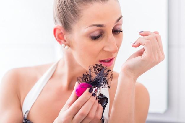 Nakładanie perfum na nadgarstki