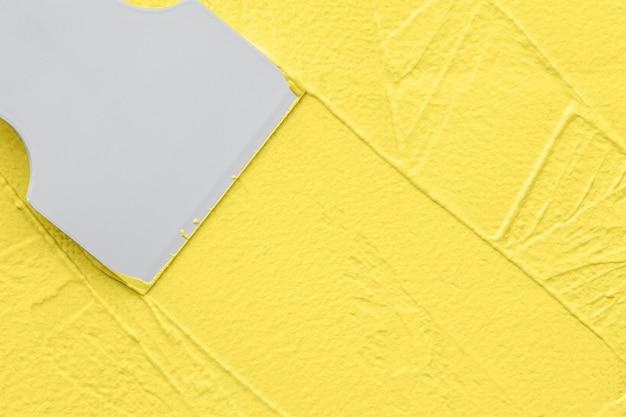 Nakładanie szpachli żółtej, prace wykończeniowe renowacyjne wnętrz