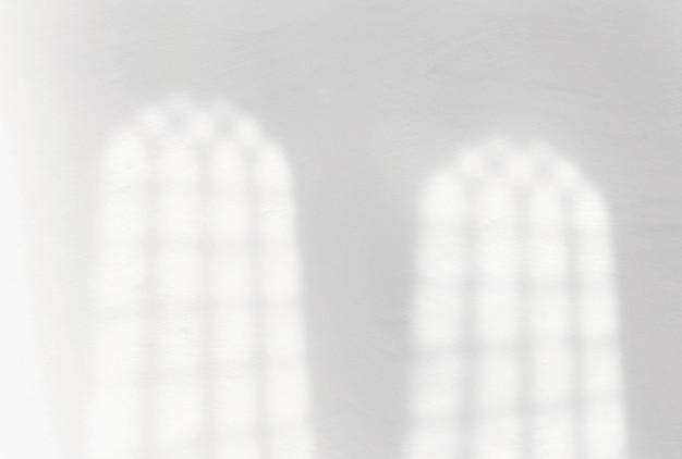 Nakładka cienia okna na białym tle ściany