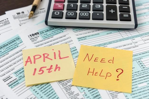 Naklejka koncepcja podatku potrzebuje pomocy z kalkulatorem na federalnym formularzu podatkowym. rachunkowość biznesowa
