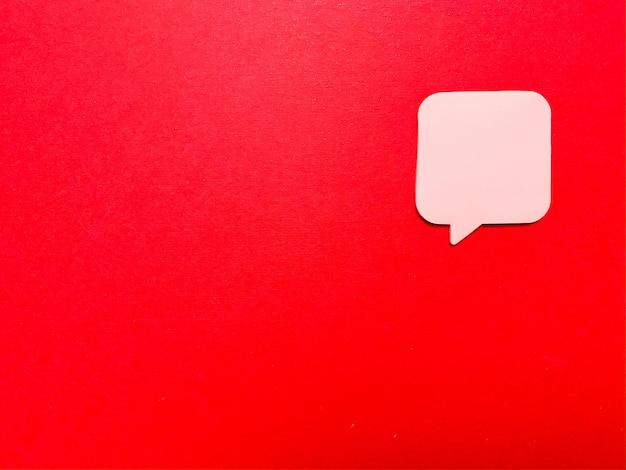 Naklejka na czerwonej ścianie z pustą przestrzenią na tekst