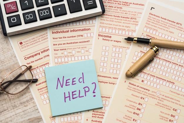 Naklejka potrzebujesz pomocy z australijskim formularzem podatkowym. koncepcja podatku.